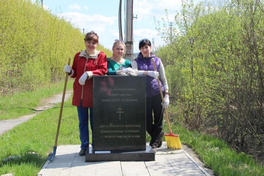 Весенняя уборка памятника